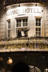 Prisvinnerne hilser fakkeltoget fra balkongen